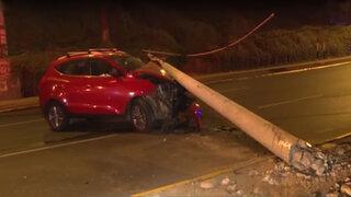 Miraflores: conductor se estrella contra poste y lo derriba