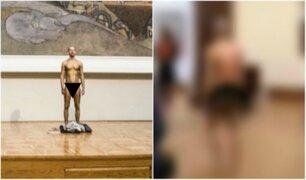 Captan a hombre recorriendo conocido museo en ropa interior [VIDEO]
