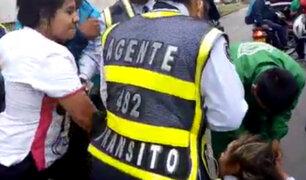 Colombia: impresionante pelea de motociclista con policías de tránsito