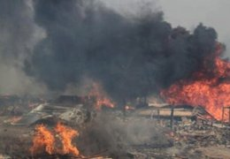 VES: voraz incendio en depósito de reciclaje deja 2  bomberos heridos