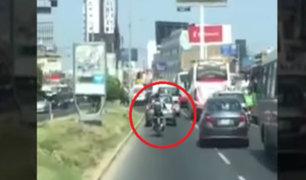 Motociclista despeja la pista para que bomberos puedan pasar