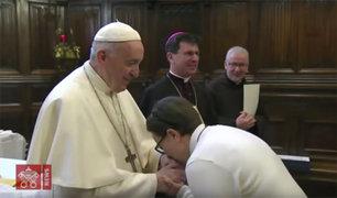 Francisco explica por qué no dejó que fieles besaran anillo papal