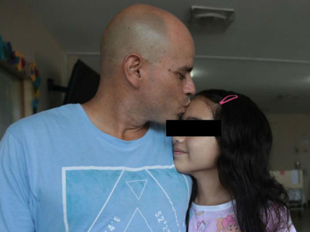 Dan de alta a niña afectada por 'ameba comecerebros' tras recuperación