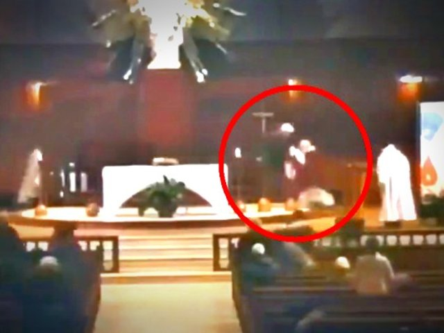 Sacerdote es apuñalado mientras daba una misa [VIDEO]