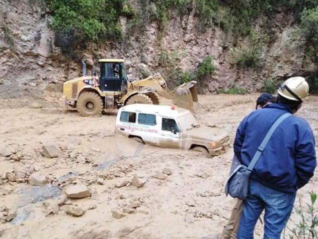 La Libertad: ambulancia que llevaba a niño grave quedó atrapada por caída de huaico