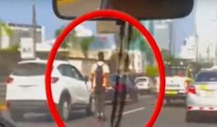 Joven recorre la avenida Javier Prado en patines