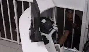 La Victoria: ladrón mete las manos por las rejas para robar un centro médico