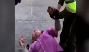 Colombia: hombre llora desconsolado por decomiso de mototaxi