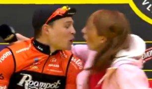 Periodista protagoniza bochornoso momento al besar accidentalmente a ciclista