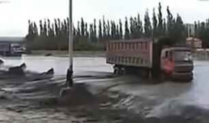 China: mujer es arrastrada por aguas de río