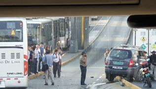 Reportan choque entre patrullero de la PNP y bus del Metropolitano