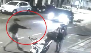 Lince: delincuentes armados asaltan a motociclista