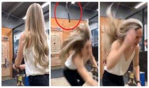 Mujer se salva milagrosamente de recibir un hachazo en la cabeza