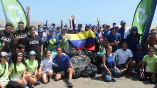 Voluntarios venezolanos limpian playa Los Yuyos en Barranco
