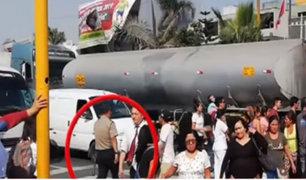 Ate: captan a policía imprudente pasando por debajo de cisterna