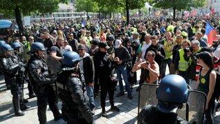 """Al menos 70 detenidos deja protesta de """"chalecos amarillos"""" en París"""