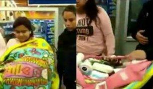 Mujer finge cargar un bebé para robar supermercado