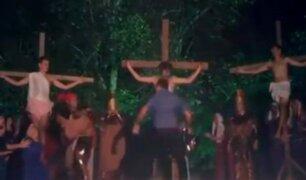 Hombre ebrio intenta defender a 'Jesús' en plena escenificación