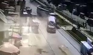 Ate Vitarte: camión se estrella contra dos vehículos