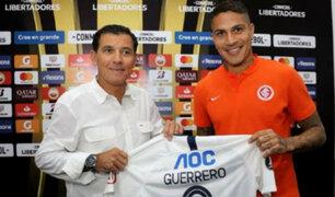 Paolo Guerrero recibió camiseta conmemorativa de Alianza Lima