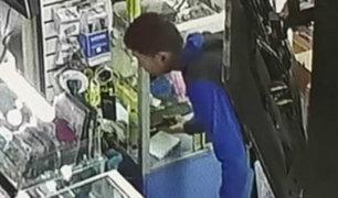 Cámaras captan a trabajador robando en stand de Las Malvinas