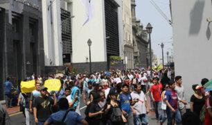 Comerciantes de Mesa Redonda marchan por segundo día por cierre de locales