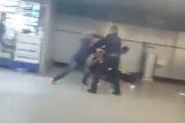 VIDEO: ambulante noquea a policía que lo desalojó de la estación del Metro