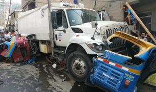 Camión recolector de basura aplasta dos mototaxis y un auto en San Juan de Lurigancho