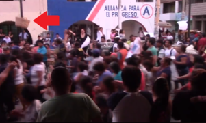 Comerciantes arrojan panes a alcalde en protesta por reubicación de ambulantes