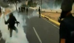 Venezuela: lanzan bombas lacrimógenas contra Guaidó y militares