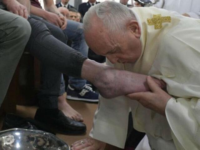 Papa Francisco lava los pies de 12 detenidos en Roma