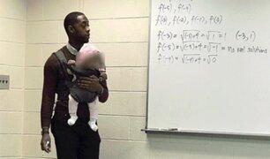 Profesor dicta clases sosteniendo el bebé de su alumno