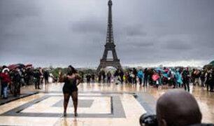 Francia: Modelos de talla grande desfilan en París contra la dictadura de la moda