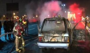 El Agustino: auto se incendió por presunto corto circuito