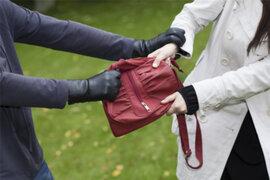 SJL: delincuente roba cartera a mujer y escapa en auto