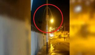 SJM: vecinos asombrados tras ver cómo brotaba agua de un poste de telefonía