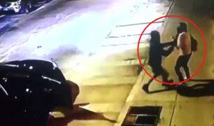 Delincuentes armados en auto de lujo asaltan a mujer en Pueblo Libre