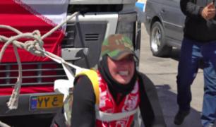 Mujer rompe récord tras jalar un camión con más de 12 toneladas