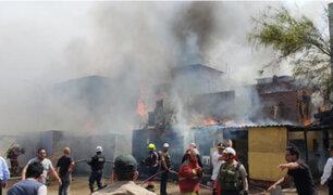 Se registra incendio en almacén de llantas en Chorrillos