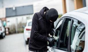 Ladrones sustraen dinero y artículos de valor de un vehículo