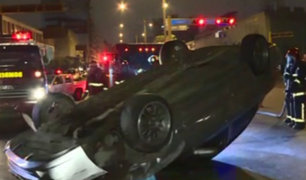 Auto chocó y quedó volcado en plena Av. Abancay en Cercado de Lima