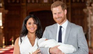 Príncipe Harry y Meghan Markle presentan al bebé Sussex