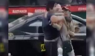Chorrillos: mujer raya auto de taxista que estaba a la espera de pasajeros