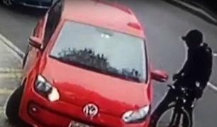 Ciclista que arremetió y escupió a conductora tendría antecedentes por agresión