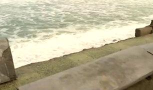 Chorrillos: fuerte oleaje derriba muro de contención en playa La Herradura