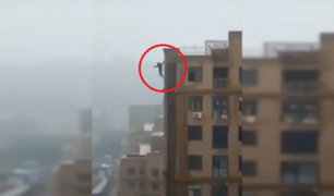 India: joven muere al tomarse un selfie desde la terraza de un edificio