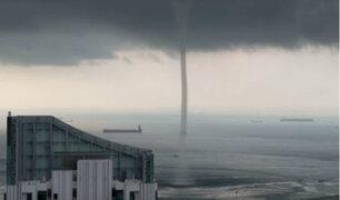Singapur: captan gigantesca tromba marina cerca de un puerto