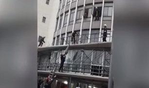 Hombre salta desde un tercer piso en Cercado de Lima