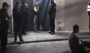 Hombre llora desconsoladamente por clausura de bar clandestino en Tacna