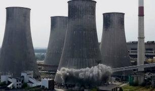 Polonia: en cuestión de segundos demuelen 4 torres de 90 metros de altura
